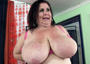 Super-sexy mature plumper showcases..