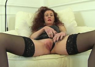 Brit cougar Scarlet thumbs her moist..